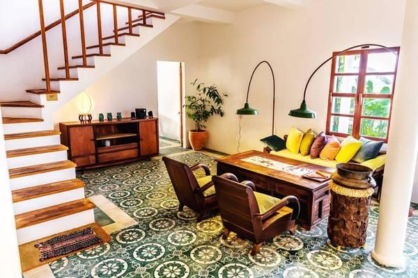 Khu homestay này được thiết kế theo phong cách kiến trúc Việt Nam truyền thống, từ nền gạch hoa cho tới những chiếc ghế gỗ tựa lưng.