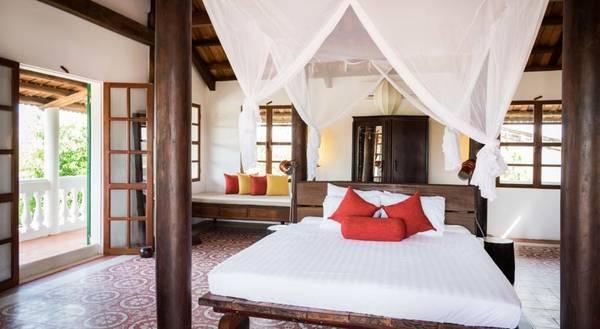 Giường ngủ rộng rãi với với tông màu trắng sang trọng.