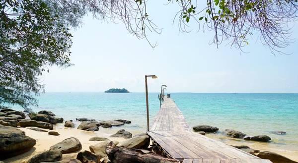 Tại đây cũng có cây cầu gỗ nối dài ra biển, đúng xu hướng check-in của giới trẻ
