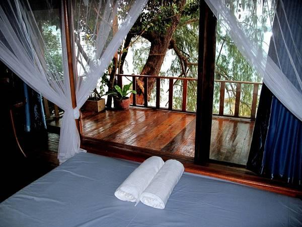 Tree House Bungalow nằm trên bãi biển Koh Touch, đảo Koh Rong.