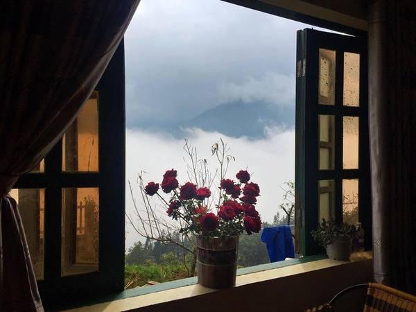 Sáng thức dậy ở VietTrekking Homestay bạn sẽ cảm nhận làn gió se se lạnh, sương bay bay trên đỉnh đâu và đâu đó trong không khí còn thoang thoảng mùi hoa nhẹ nhàng mà lưu luyến. Ảnh: VietTrekking Homes