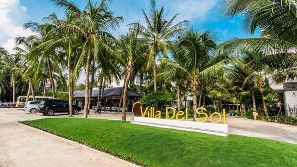 Villa Del Sol Beach Villas & Spa gây ấn tượng bởi được phủ xanh bằng những hàng dừa.