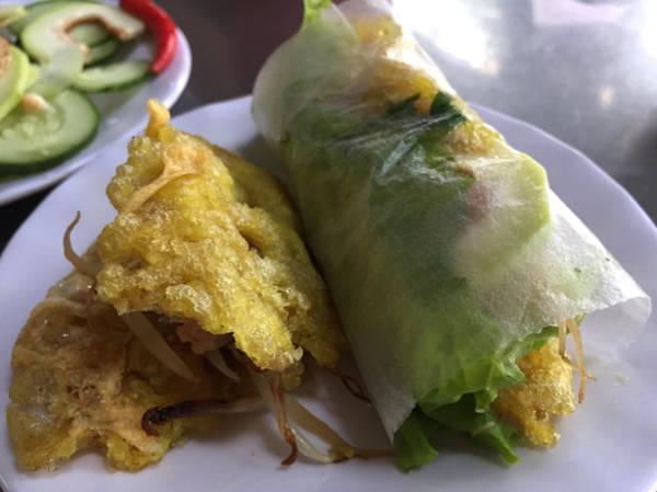 Bánh khoái cuốn với rau ghém và lát vả - Ảnh: THỦY OCG