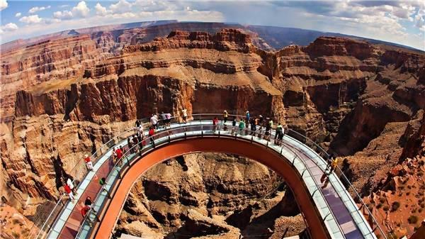 Grand Canyon Skywalk với cầu kính hình vành móng ngựa nhô hẳn ra ngoài vách núi đá. (Ảnh: Internet)