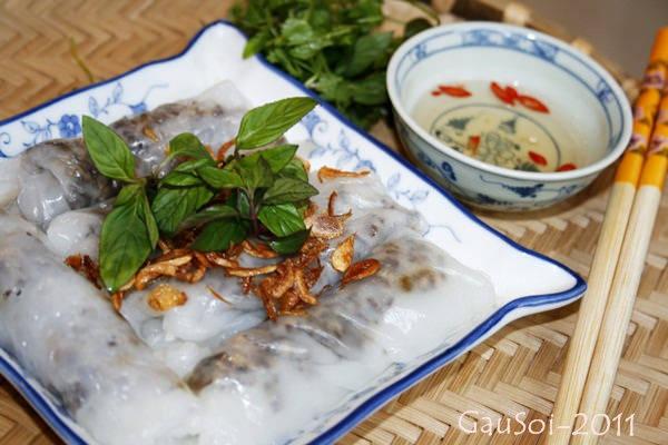 Chiếc bánh cuốn Phú Yên không cầu kỳ, chỉ bao gồm vỏ bánh mềm, mướt, dai và nhân thịt. Ảnh: GauSoi