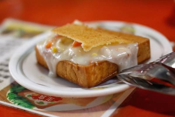 Trước đây, khi Đài Bắc chưa phải là thủ phủ của Đài Loan thì thành phố phía nam - Đài Nam được coi là trung tâm hành chính, chính trị và kinh tế của quốc đảo này. Người dân đổ về đây làm ăn khiến thành phố ngày càng phồn thịnh. Chính nhờ thế mà Đài Nam có một sự đa dạng vượt trội về văn hóa, đặc biệt là ẩm thực. Rất nhiều món ăn trở thành đặc sản hấp dẫn du khách như mì om nước sốt thịt, mì hầm thịt vịt, hàu chiên áp chảo và đặc biệt là món bánh mì quan tài độc đáo. Ảnh: bentonions.