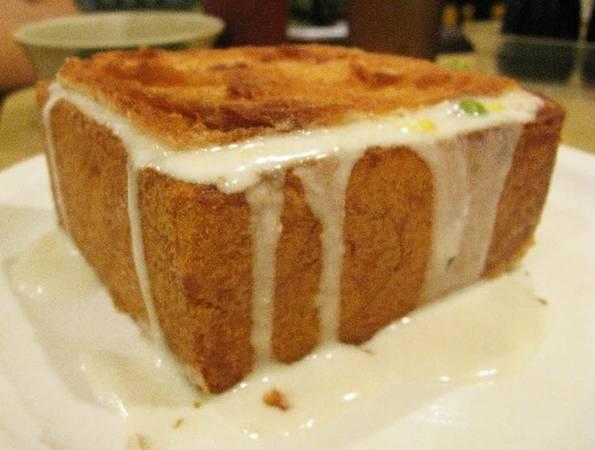 """Bánh mì quan tài ra đời năm 1940 do một đầu bếp tên Hsu sáng tạo. Ban đầu, ông gọi món bánh này là """"Shakaliba"""", theo phiên âm tiếng Nhật là """"trung tâm vui chơi giải trí"""" bởi Đài Nam luôn là nơi được người dân tìm đến để thư giãn và tụ tập. Ảnh: Lataco."""