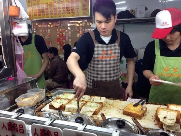 """Tuy nhiên, do hình dạng bánh mì khá giống chiếc quan tài nên sau nó đã được đổi tên thành """"Gua Cai Ban"""", theo tiếng Đài Loan là """"chiếc quan tài"""". Với tên gọi khác lạ cùng hương vị độc đáo, món ăn nhanh chóng lan rộng trên khắp Đài Loan, đặc biệt là khu vực chợ đêm. Sau này nhiều người từng thay đổi cách gọi món bánh nhưng cái tên """"quan tài"""" đã ăn sâu vào tâm trí thực khách nên nó lại quay lại với tên gọi ban đầu. Ảnh: Sakaratrina."""