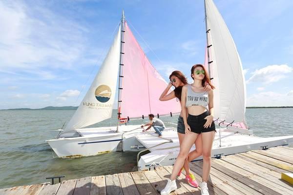 Đến đây các bạn có thể tha ga chụp choẹt với khung cảnh cực ấn tượng của bến thuyền với những chiếc thuyền buồm đầy màu sắc.