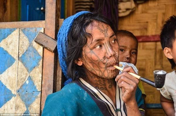 Sống trên những dãy núi của bang Chin, phía tây Myanmar, phụ nữ của các bộ tộc này coi việc xăm mặt là một cách làm đẹp.