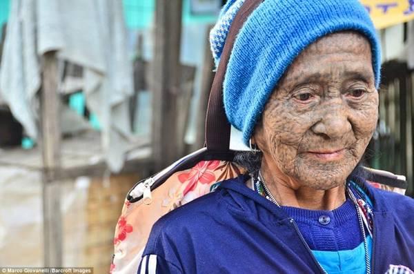 Phụ nữ bộ tộc Dai xăm kín mặt với các chấm đen. Hiện nay, kiểu xăm này chỉ xuất hiện ở những phụ nữ lớn tuổi.