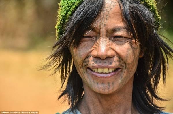 Phong tục lạ lùng này bắt nguồn từ thế kỷ 11, khi các thiếu nữ xăm mặt để tránh bị vua chúa bắt làm nô lệ.