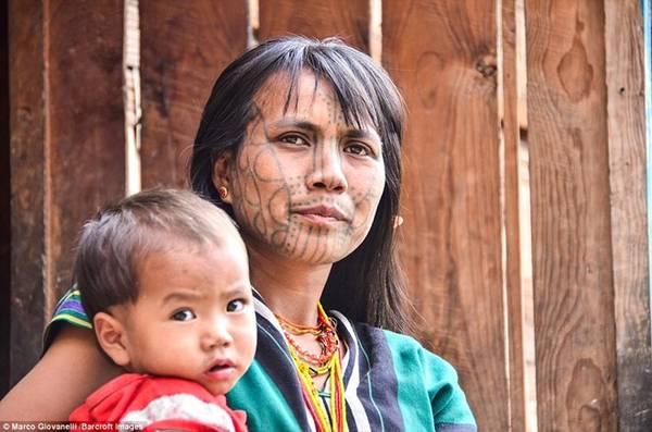 Ngày nay các cô gái của bộ tộc không còn thực hiện truyền thống này nữa.