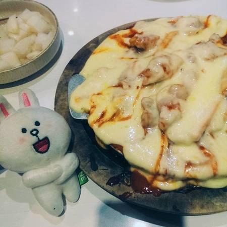 Cheese buldak với nguyên liệu chính là cheese, khoai lang, gà rút xương là món được ưa thích bậc nhất ở đây. Ảnh: Thùy Linh