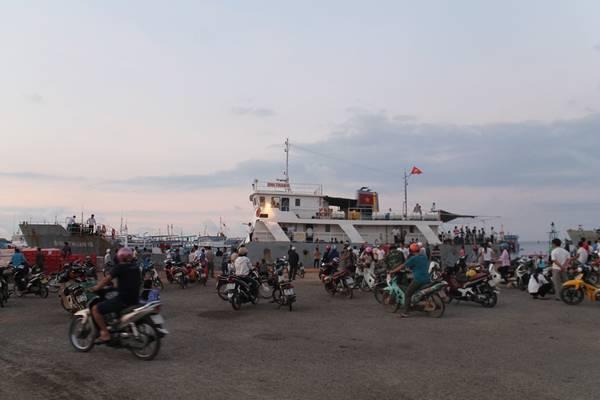 Du khách lên tàu tại cảng Phú Quý để quay trở lại Phan Thiết. Ảnh: San San