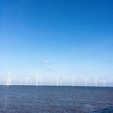Có tất cả62 cột tháp và turbin điện gió đều được đặt trên biển.Ảnh: Long Nguyễn