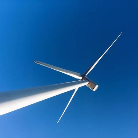 Mỗi cột turbine cao 80m, đường kính 4m, nặng trên 200 tấn, được chế tạo bằng thép không gỉ. Cánh quạt dài 42m được làm bằng nhựa đặc biệt. Khi thời tiết xấu, cánh quạt có thể gập gọn lại để tránh hư hỏng.Ảnh: Long Nguyễn