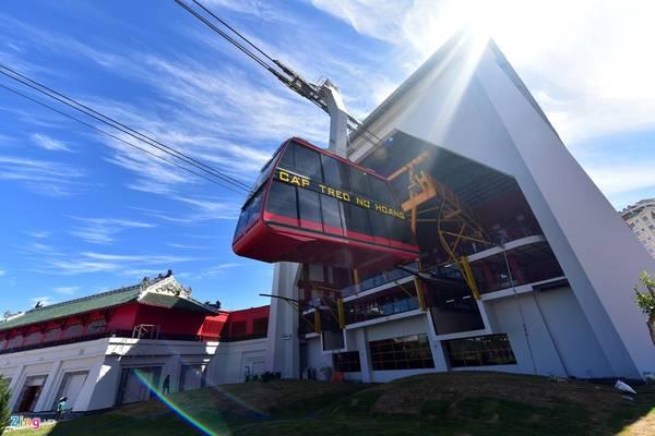 Chiều ngày 25/6, hệ thống cáp treo Hạ Long (Quảng Ninh) chính thức khánh thành và đi vào hoạt động sau 2 năm xây dựng. Công trình nằm trong tổ hợp dự án vui chơi giải trí trị giá 6.000 tỷ đồng trải dài dọc bờ biển Bãi Cháy qua tới đồi Ba Đèo (Hòn Gai).
