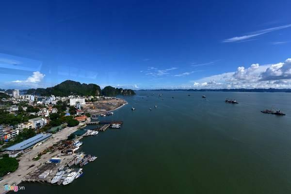 Bến cảng Hòn Gai, phía xa là vịnh Hạ Long trùng điệp hàng nghìn hòn đảo lớn nhỏ.