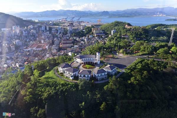 Khu villa nằm trên đỉnh đồi bên chân cầu Bãi Cháy (phía thành phố Hạ Long) nhìn từ trên cáp treo.