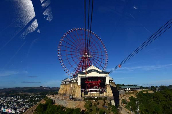 Ga đến của cáp treo là trung tâm vui chơi giải trí, điểm nhấn là vòng quay mặt trời khổng lồ trên đỉnh đồi Ba Đèo.