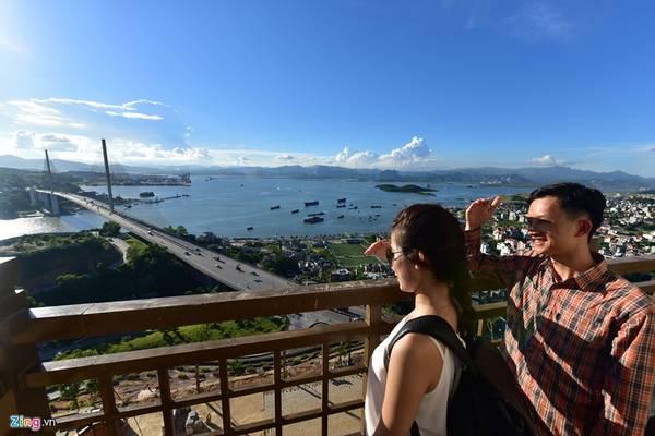 Sau khi lên tới đỉnh đồi Ba Đèo, hành khách có thể phóng tầm mắt nhìn trọn vẹn cầu Bãi Cháy, cảng Cái Lân, Hòn Gai và thành phố Hạ Long phía bên kia bờ vịnh.