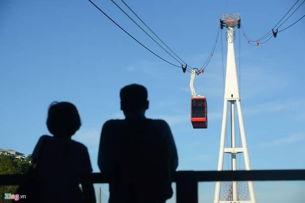 Cột tháp bên đầu Bãi Cháy được xây dựng cao 188,8 m, lập kỷ lục là cột tháp cao nhất thế giới. Cột tháp bên đồi Ba Đèo cao 133 m.