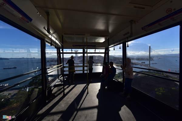 Bên trong khoang cabin rộng lớn có ghế ngồi, tay nắm, thanh vịn cho khách. Xung quanh là những ô cửa kính lớn giúp khách ngắm nhìn trọn vẹn vịnh Hạ Long từ trên cao.