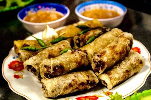 Thực khách có thể ăn chả dông kèm với ớt xanh, tỏi và các loại rau sống. Ảnh: Minh Đức