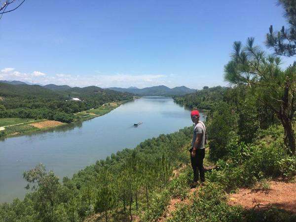 Đồi vọng cảnh là một trong những địa điểm mà chàng trai này gợi ý khi đến thành phố Huế. Với cảnh sắc thiên nhiên thanh bình, có hướng nhìn ra dòng sông Hương nổi tiếng, đây chắc chắn là điểm đến thú vị dành cho người ưa thích khám phá và chụp ảnh.