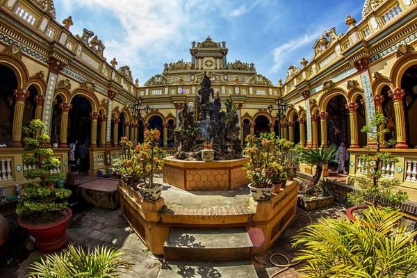 Chùa Vĩnh Tràng là ngôi chùa lớn nhất tỉnh Tiền Giang. Ảnh: cinet.vn