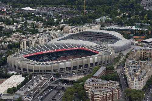 Trước đó, sân cũng cũng được sử dụng đa chức năng nhưng vào năm 1967, tướng Charles de Gaulle quyết định rằng nơi đây chỉ nên sử dụng cho các trận đá bóng và bóng bầu dục. Ảnh: Lemonde.fr.
