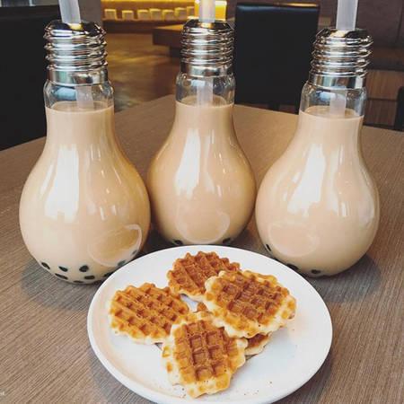 Cơn sốt trà sữa bóng đèn làm mưa làm gió khắp châu Á thời gian qua, trong đó nổi tiếng nhất là ở Đài Loan - xứ sở của những ly trà sữa ngọt ngào. Trà sữa thay vì được phục vụ trong cốc nhựa hay cốc thủy tinh thì lại được đổ vào một chiếc bóng đèn, ống hút cắm ở phía đui đèn.