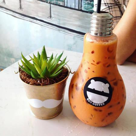 Du nhập vào Việt Nam cách đây vài tháng, trà sữa bóng đèn cũng khiến cho giới trẻ điên đảo săn lùng, check in. Một trong những cửa hàng đầu tiên phục vụ trà sữa trong những chiếc bóng đèn dốc ngược này là quán Boo Coffee - Lầu 9 chung cư số 42 Nguyễn Huệ.