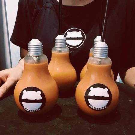 Trên thực tế, những chiếc ly được sử dụng ở đây không phải là bóng đèn thật mà chỉ là chiếc ly mô phỏng như bóng đèn nên bạn có thể yên tâm thưởng thức mà không lo các chất độc hại trong quá trình sản xuất.