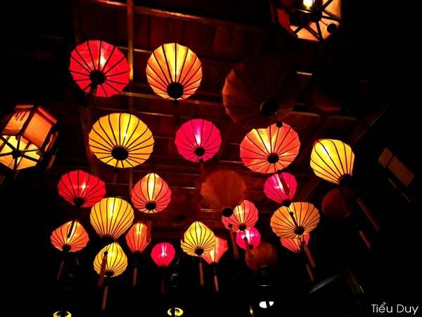 Những chiếc đèn lồng làm gợi nhớ đến Hội An. Ảnh: Tiểu Duy