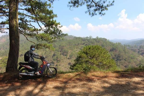 Vượt qua chặng đường một bên là núi đá 1 bên là thung lũng cheo leo .