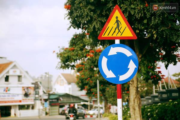 ... cho đến đoạn bùng binh thì trên các con phố vẫn không thấy bóng dáng của những chiếc đèn giao thông đâu cả.