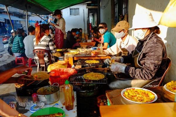 Ngồi thưởng thức món bánh tráng nướng nóng hổi giữa một nơi se lạnh như Đà lạt là tuyệt vời. (Ảnh: Internet).