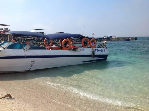 Chúng tôi dời sang đảo An Bình, tức đảo Bé, với giá 40.000 đồng để được đi cano 10 phút.