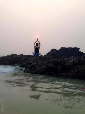 Bạn nên dậy sớm và tận hưởng không khí trong lành, ngắm bình minh trên bãi tắm Vàn Chảy.