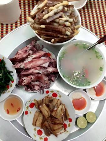 Thưởng thức một số hải sản đặc trưng của đảo như mực trứng hấp bia, móng tay hấp, canh hà nấu chua, cá trai...