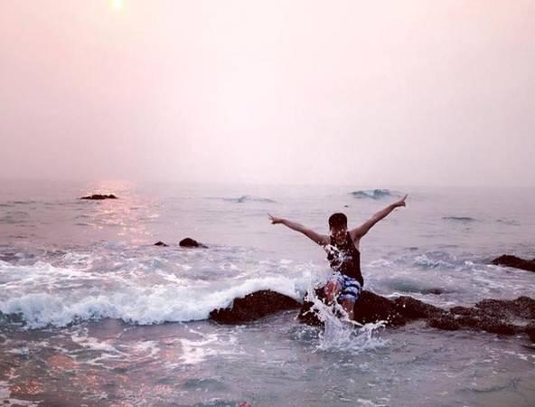 Và tận hưởng những giây phút mát mẻ khi được vùng vẫy cùng sóng biển trong tiết trời mùa hè oi nóng.