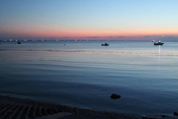 Toàn cảnh đảo Phú Quý nhìn từ trên cao. Ảnh: standupKhung cảnh hoàng hôn lãng mạn trên bờ kè Ngũ Phụng. Ảnh: Khoa Trần