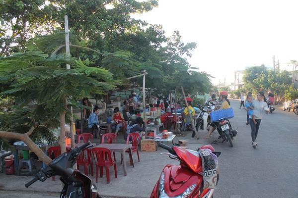 Một khu bán đồ ăn trên đảo. Ảnh:Khoa Trần