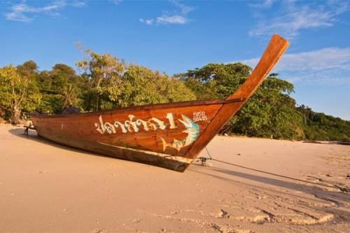 Ko Muk có nhiều nơi nghỉ phải chăng và thu hút nhiều du khách trẻ.
