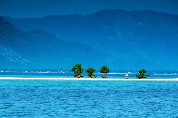 Đi bộ xuyên qua biển là điều mà có lẽ tưởng chừng như không thể. Nhưng ở Điệp Sơn (Hòn Bịp) ta có thể hòa mình vào với thiên nhiên, dưới chân là dải cát trắng mịn màng, xung quanh là đại dương bao la, trên đầu là nắng, gió.