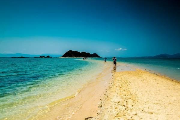 Những hình ảnh tuyệt đẹp của Điệp Sơn với biển hoang sơ, non nước hữu tình, có núi, biển, mây trời, và con đường giữa đại dương đưa hòn đảo này vượt qua Lý Sơn, Cát Bà… trở thành hòn đảo hấp dẫn nhất cho mùa du lịch 2016.