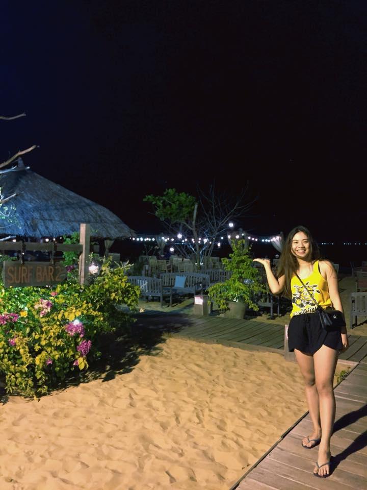 Buổi tối ở Quy Nhơn thích nhất là la cà ăn uống, ở Quy Nhơn có rất nhiều quán cà phê view biển chụp hình rất thích.
