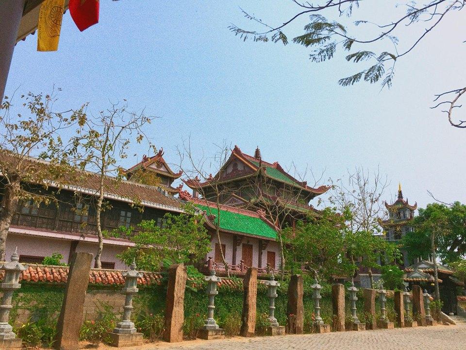 Buổi sáng cuối ở Quy Nhơn, bọn mình đi chùa Thiên Hưng ở An Nhơn, chùa này nổi tiếng là linh thiêng và cách Quy Nhơn khoảng 45 phút chạy xe.